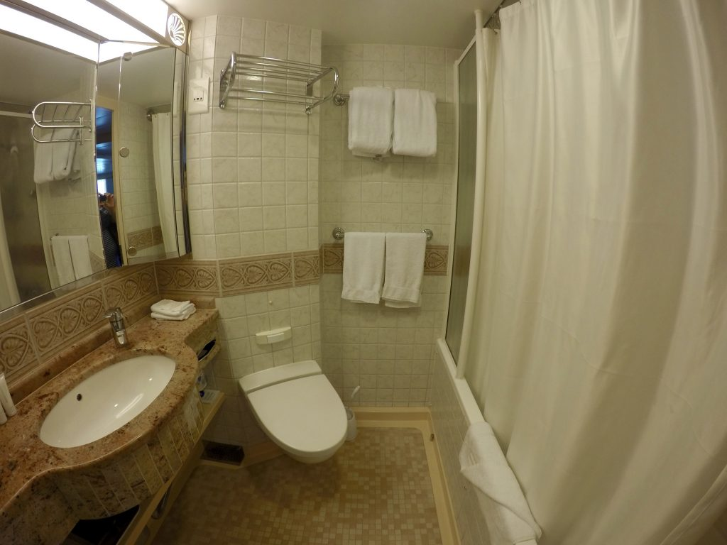 Deluxe Ocean View Balcony bathroom